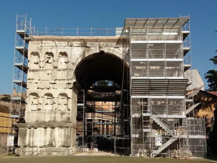 L'Arco di Giano con le attuali impalcature