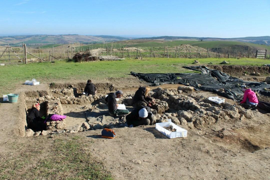 Tarquinia, la Civita. Studenti sullo scavo in alternanza scuola-lavoro