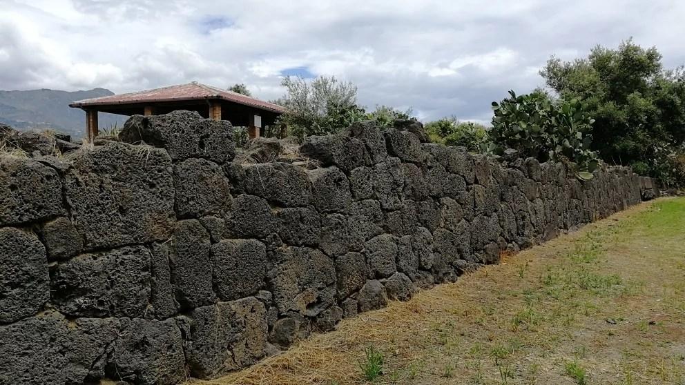 Mura dell'area sacra dell'antica Naxos