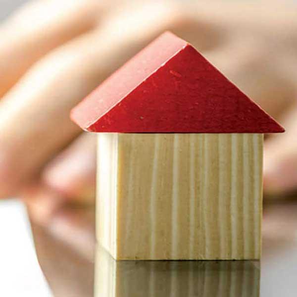 maison en bois faite de blocs de jouets