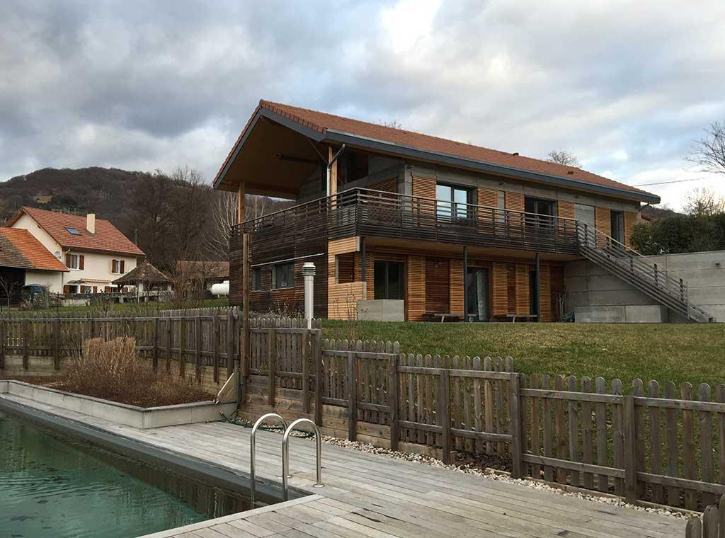 maison bois classique avec jardin et piscine en bois