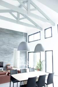 aménagement intérieur d'une maison ossature bois moderne avec jardin et piscine