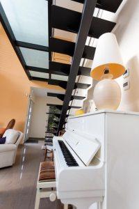 aménagement intérieur d'une maison ossature bois moderne avec jardin