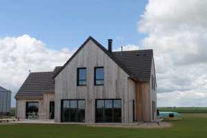 terrasse d'une maison bois classique avec jardin à la campagne