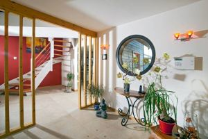 aménagement intérieur d'une maison bois moderne et familiale avec jardin
