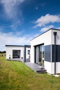 terrasse d'une petite maison bois familial avec jardin