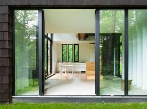 aménagement intérieur d'une maison bois moderne dans la fôret au Canada