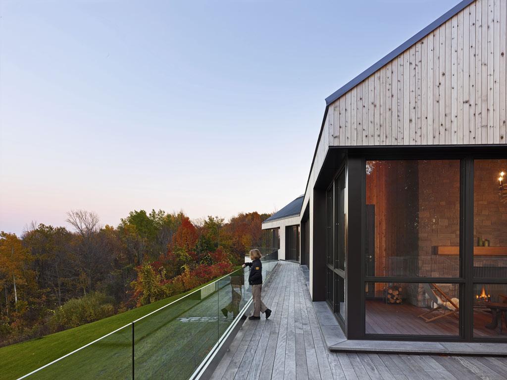 architecture-bois-reportage-canada-ontario-hilltop-house-1