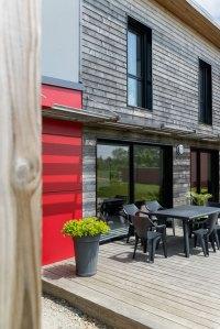 terrasse d'une maison bois familial avec jardin