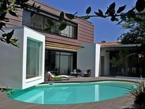maison bois avec piscine et terrasse en bois