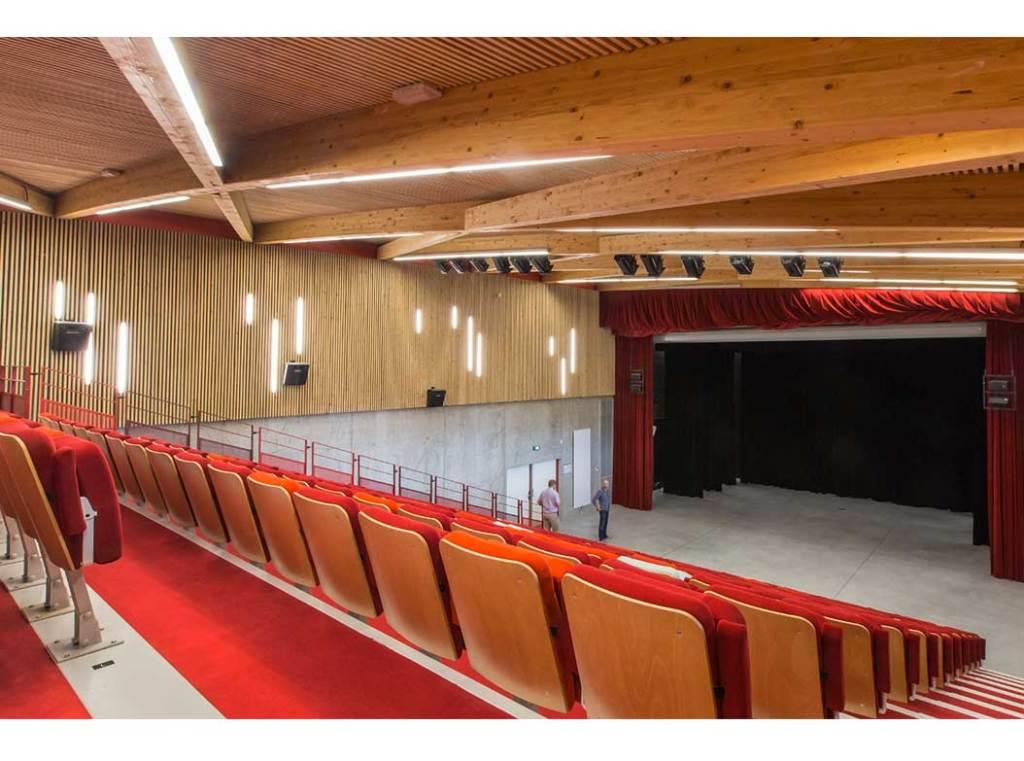 """salle en intérieur du  """"Le Cairn"""" centre culturel en bois à Lans en Vercors"""