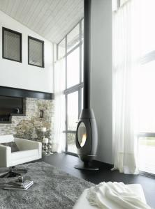 architecture-bois-magazine-poele-feu-combustible-chaleur-suspension-ceramique-pierre-ollaire-chauffage