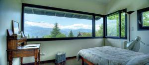 aménagement intérieur d'une maison bois familial avec terrasse et jardin