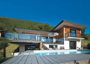 piscine en bois d'une maison bois moderne et familiale