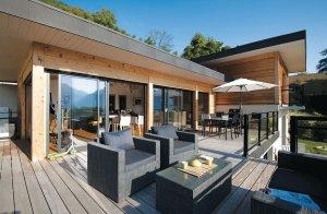 terrasse en bois d'une maison bois moderne et familiale