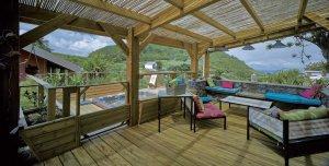 aménagement intérieur d'une maison bois moderne au millieu de la nature