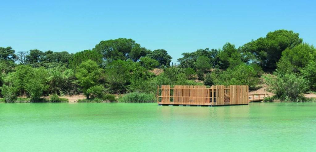 petite maison bois sur le fleuve