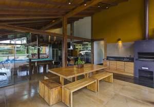 aménagement intérieur d'une maison bois avec jardin en Brèsil