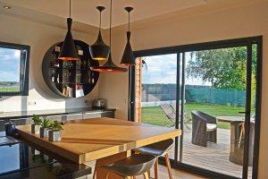 aménagement intérieur d'une maison bois moderne et familial avec jardin