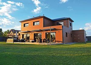 une maison bois moderne et familial avec jardin