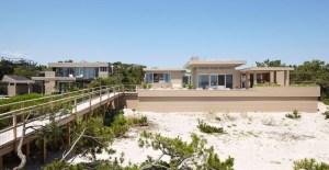 terrasse en bois d'une maison bois moderne aux États-Unis