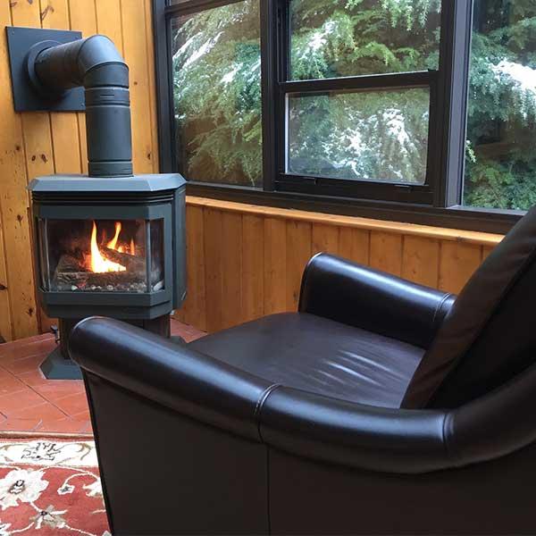 Un poêle à bûche offre du confort l'hiver © Pixabay