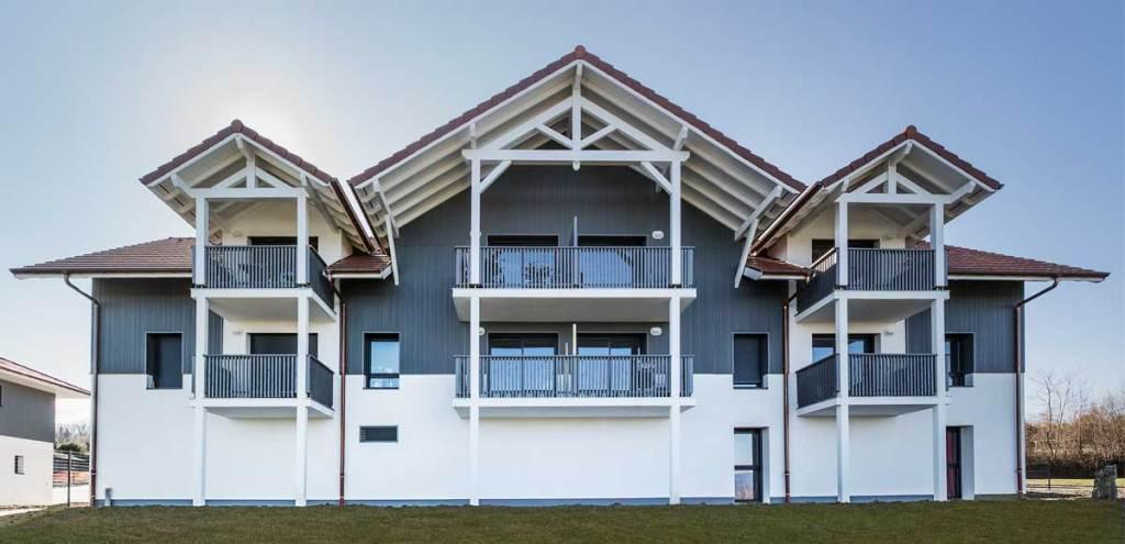 Lames de bardage bois composite Kaycan d'un immeuble d'habitation