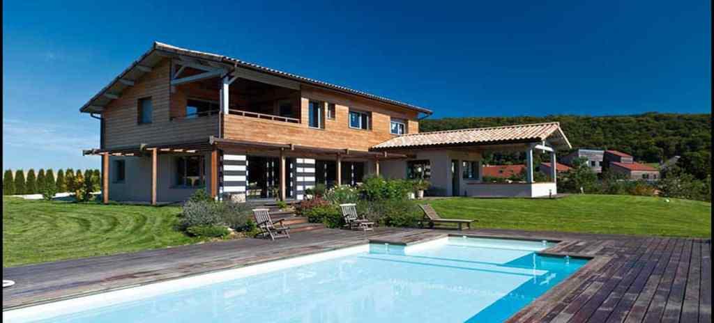 chalet en bois au jardin et piscine en bois