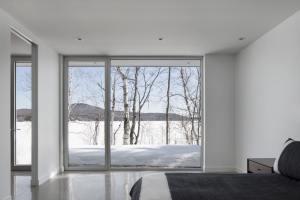 aménagement intérieur d'une maison bois enneigée