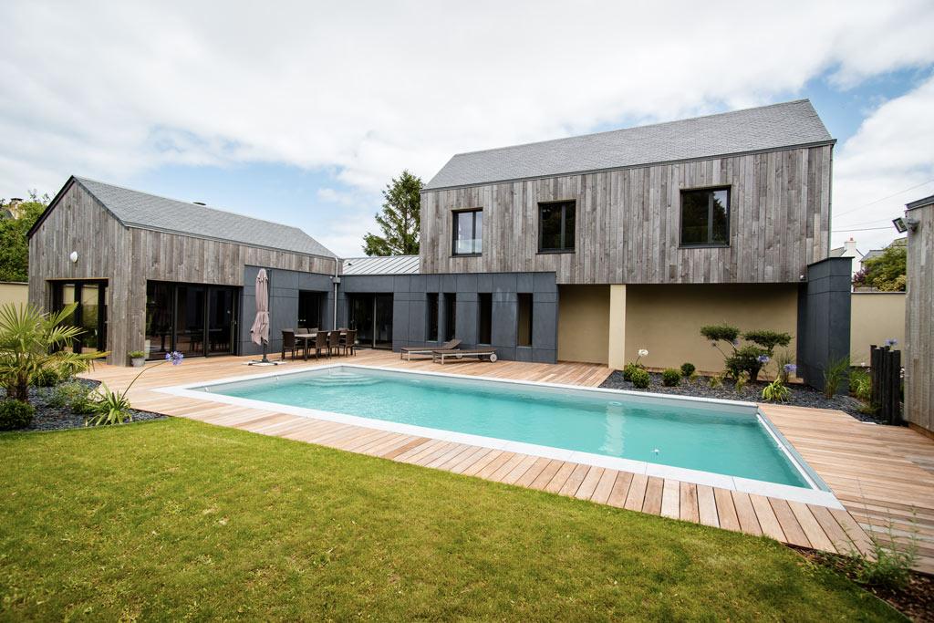 maison bois familial avec piscine et terrasse en bois
