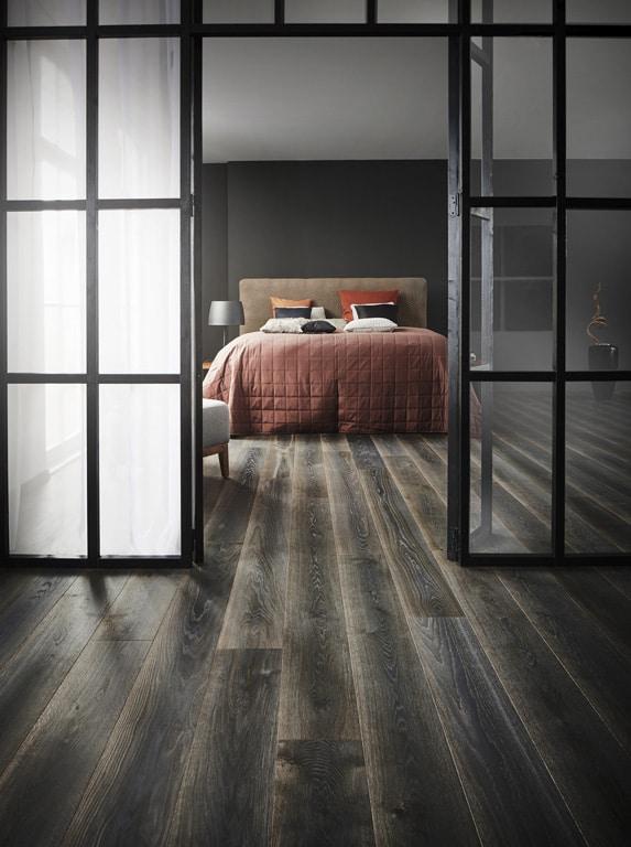chambre à coucher avec un parquet foncé
