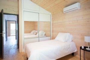 aménagement intérieur d'une maison bois familial avec piscine au millieu de la nature