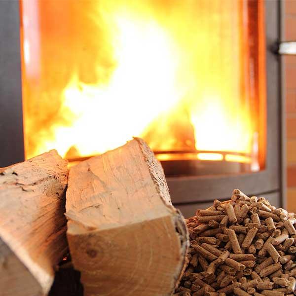 Chauffage au bois : choisir un poêle à bûches ou à pellets Chauffage au bois : choisir un poêle à bûches ou à pellets