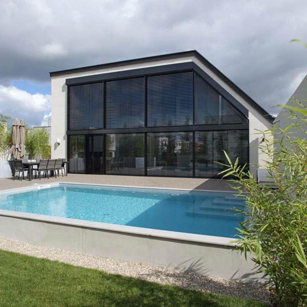 maison bois avec grandes fenêtres et piscine avec jardin