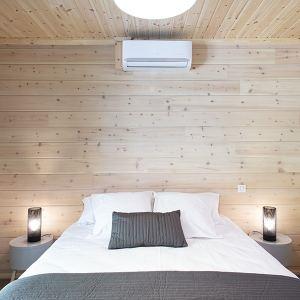 chambre des parents en bois dans maison bois à Moliets-et-Maa