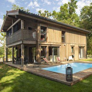 maison bois en madriers avec piscine © Kontio