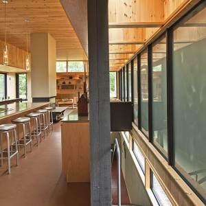 salle à manger au parquet dans maison bois neuf