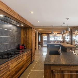 cuisine en bois ouverte dans chalet bois en Haute-Vosges