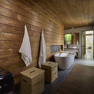 Salle de bain en bois dans une maison en forme de vague