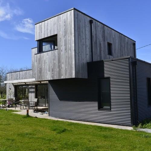 maison bois gris et moderne avec jardin