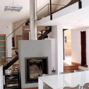 salon confortable avec cheminée et escaliers en bois