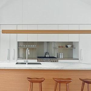 cuisine ouverte en bois conçu par Atelier Kastelic Buffey
