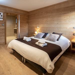 chambre des parents en bois dans chalet bois familial