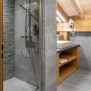 salle de bains en pierres dans maison bois au Vosges