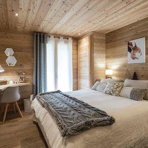 chambre des parents confortable et traditionnelle dans un chalet en bois à la montagne