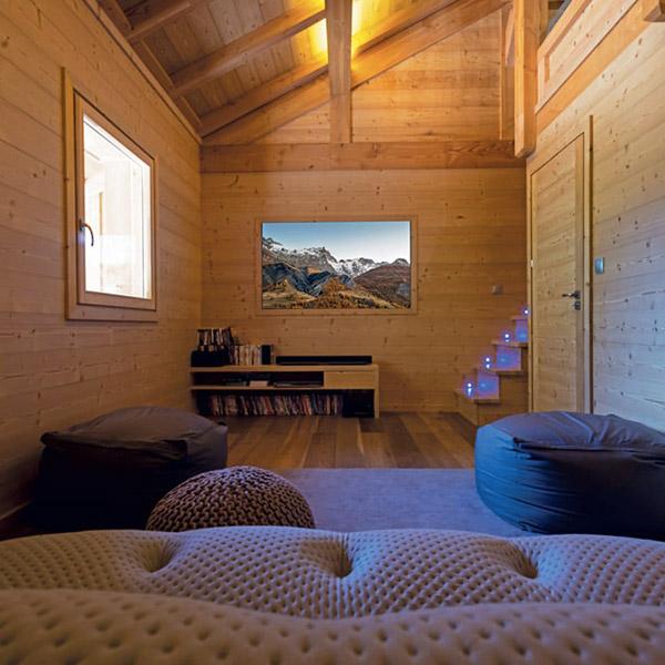 salle de séjour confortable dans un chalet d'alpage enneigé