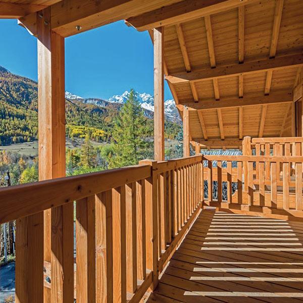 terrasse bois d'une maison bois à Monêtier-les-Bians