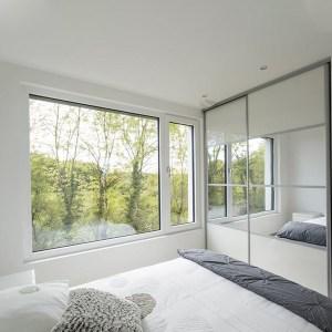 chambre des parents avec fenetre dans maison bois en Moselle