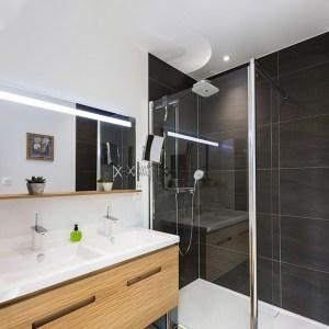 salle de bains dans maison bois à Havange
