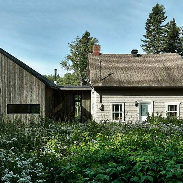 extension bois moderne sur une maison au Canada